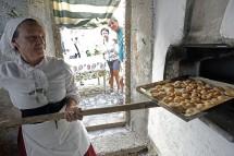 Gabriella inforna i ciambelletti nel forno a legna