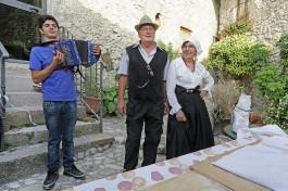 Michele all'organetto, Peppe e Laura con i costumi tipici